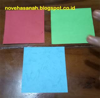 bahan utama: kertas karton sampul warna-warni (construction paper) yang telah dipotong dan dirapikan dengan ukuran 10 cm x 8 cm (ukuran dan warna boleh berbeda dari contoh ini)