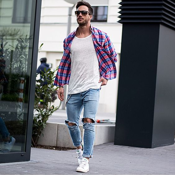 Look Masculino com Calça Jeans Destroyed Rasgada
