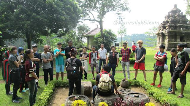 Mahasiswa Internasional menyimak keterangan dari guide