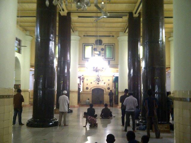 Benarkah Dilarang Shalat Diantara Tiang Masjid? Lantas Bagaimana yang Benar?