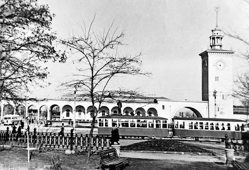 Трамвай на привокзальной площади Симферополя