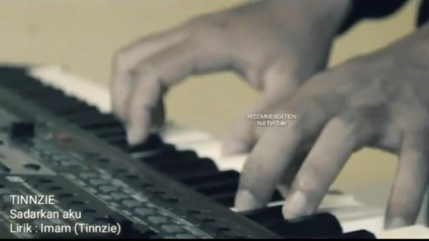 Tinnzie Band - Sadarkan Aku (Official Clip)