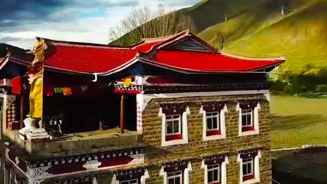 5 hal Aneh Yang Ada Pada Suku Bangsa Tibet    Curahan Online.Orang-orang Tibet atau bangsa tibet adalah sebuah kelompok etnis yang berasal dari Tibet. Jumlah penduduk orang-orang tibet diperkirakan sekitar 6,5 juta orang. Beberapa orang tibet minoritas umumnya tinggal di luar Daerah Otonomi Tibet di Tiongkok, India, Nepal, dan Bhutan.     Detik Batak Orang-orang Tibet atau bangsa tibet adalah sebuah kelompok etnis yang berasal dari Tibet. Jumlah penduduk orang-orang tibet diperkirakan sekitar 6,5 juta orang. Beberapa orang tibet minoritas umumnya tinggal di luar Daerah Otonomi Tibet di Tiongkok, India, Nepal, dan Bhutan.        Tibet adalah provinsi dari Republik Rakyat Tiongkok, yang merupakan Daerah Otonomi Khusus RRT yang juga diberi nama oleh Cina Xizang, yang berada di pegunungan Himalaya yang sering dikatakan sebagai puncak dunia, berbatasan dengan Nepal, Bhutan dan India serta Xinjiang, Qinghai dan Sichuan di Tiongkok.sumber Wikipedia    Banyaknya Bangunan bersejarah yang indah dan budaya yang masih melekat di setiap penduduknya Tibet memang menjadi salah satu destinasi pariwisata faporid bagi para wisatawan.namun,diantara keindahan tempat wisatanya Tibet juga memiliki cerita unik sekaligus aneh yang bikin kita garut-garut kepala.    Berikut ini ada 5 hal aneh dan unik yang ada pada suku bangsa Tibet yang cuma bisa di bilang hanya terjadi di Tibet.    1.Gadis Jongkok Di Jalan Buat Kalina yang berencana jalan-jalan ke Tibet,kalau kalian melihat segerombolan wanita yang sedang jongkok di pinggir jalan mending jangan di dekati,apalagi buat kalian para jomblowan bisa repot urusannya kalau mau kenalan dengan mereka yang pertama emangnya kalian tau bahasa daerah Tibet itu?        orang di Tibet jika duduk di pinggir jalan jangan mengira bahwa orang itu nunggu angkot atau sekedar ngopi darat kenapa?ya ternyata gadis-gadis itu sedang  buang hajat.kok bisa ya? Ternyata hal itu di karenakan warga Tibet kebanyakan tidak memiliki WC karena  menurut mereka memilik hampara