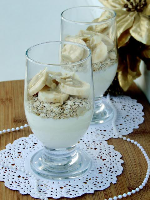 Płatki owsiane z jogurtem, bananem i pastą sezamową