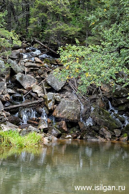 Водопад и горное озеро. Река Евлахта. Хребет Зигальга. Челябинская область