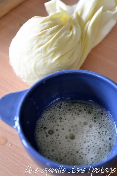 presser les pommes de terre râpées à travers un linge