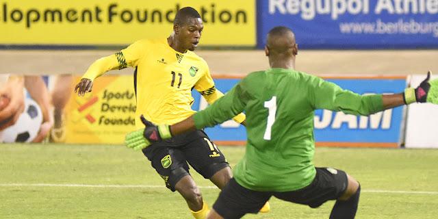 Cory Burke de Jamaica le mete gol a Claidel Kohinor de Suriname
