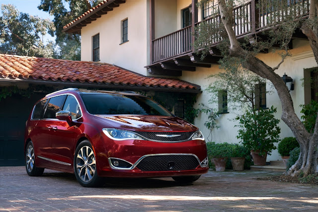 Front 3/4 view of the 2017 Chrysler Pacifica Touring-L Plus