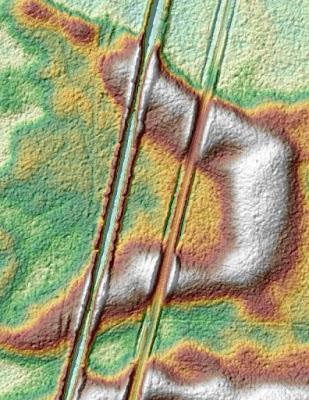 Wizualizacja rowu na danych z lotniczego skaningu laserowego. W przybliżeniu dobrze widać wyrównany poziom rowu lokalnie nieco zakłócony najprawdopodobniej przez osypywanie piasku (źródło: Kampinoskie Bagna)
