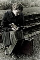 Viajera leyendo un libro