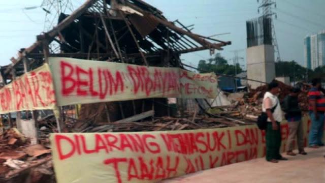 Spanduk 'Tanah Ini Belum Dibayar' saat Jokowi Resmikan Tol Becakayu