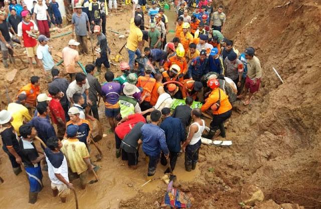 Batalyon Armed 9 Kostrad Bantu Evakuasi Korban Tanah Longsor di Kampung Krajan Purwakarta