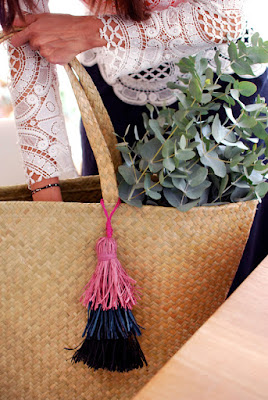 http://www.we-are-scout.com/2015/09/tutorial-how-to-make-a-gorgeous-layered-raffia-tassel.html