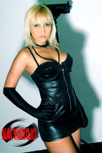 escort posando en estudio con vestido y guantes negros
