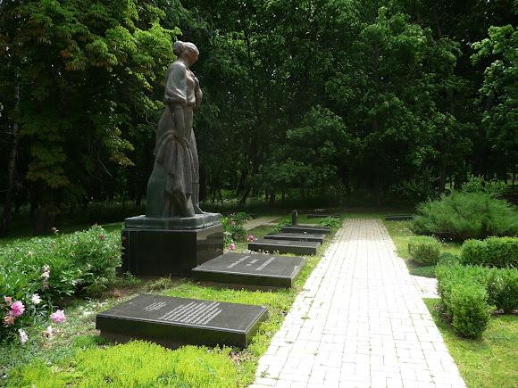 Батурин. Парк Кочубея. Військовий меморіал Другої світової війни