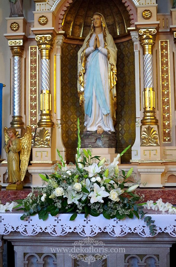 Ślubna dekoracja kościoła Kotórz - białe kwiaty i chabrowe dodatki