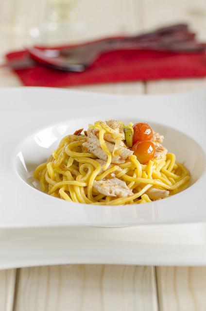 Spaghetti alla chitarra e zafferano con sogliole e pomodorini