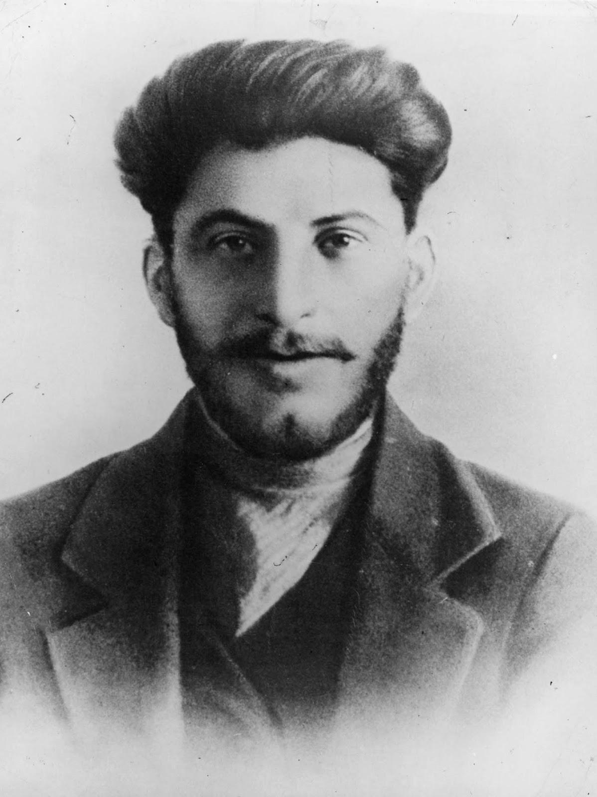Stalin nunca cortaría una figura muy imponente: creció a solo cinco pies y cuatro pulgadas, y durante el resto de su vida su falta le molestó, lo que hizo que recurriera a los zapatos de plataforma y otros dispositivos en un esfuerzo por parecer más alto de lo que realmente era. . 1906.