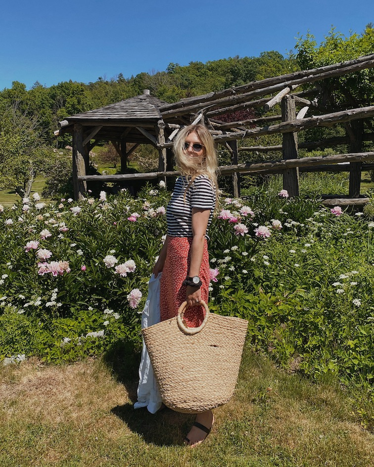 jenni kayne linen basic tee, Jenni Kayne leather strap sandal, Jenni Kayne woven beach bag