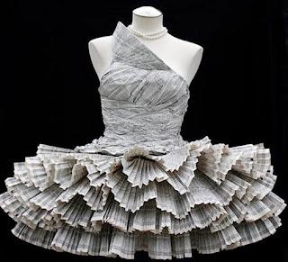 gaun cantik yang terbuat dari koran bekas