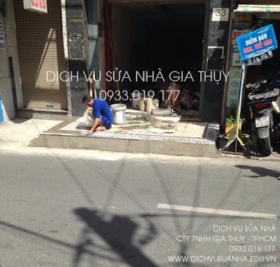 Thi công lát gạch và cán sỏi tại một công trình nhà phố