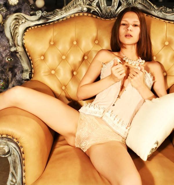 Фото ню эротика www.eroticaxxx.ru - Молодая девушка раздевается. Красивые эротические фотографии