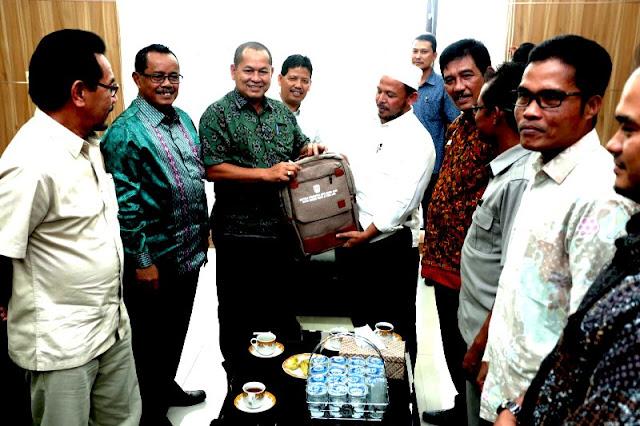 Plt Walikota Banda Aceh Serahkan Bantuan Peralatan Sekolah Untuk Korban Gempa Pijay