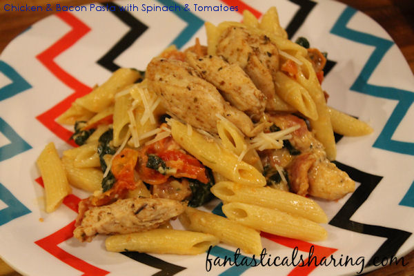 Chicken & Bacon Pasta with Spinach & Tomatoes // Don't underestimate this recipe -- it's incredibly flavorful yet simple to make! #recipe #pasta #chicken #maindish