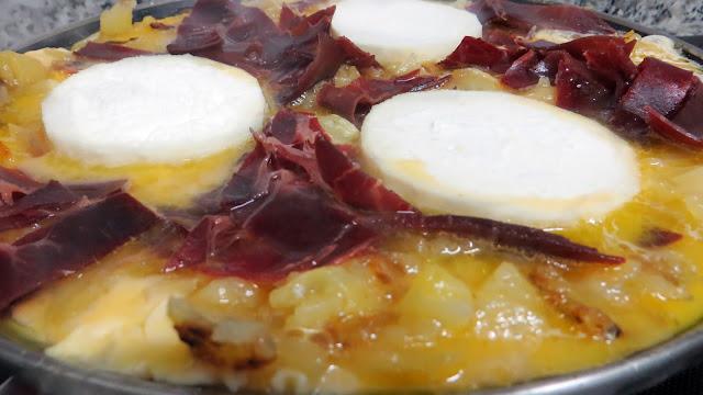 como hacer una tortilla de patata queso de cabra y cecina