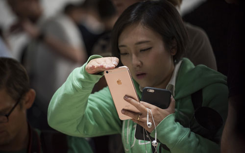 Warga Cina Hancurkan iPhone