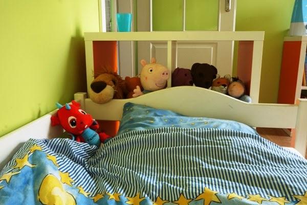 pluszaki przy łóżku