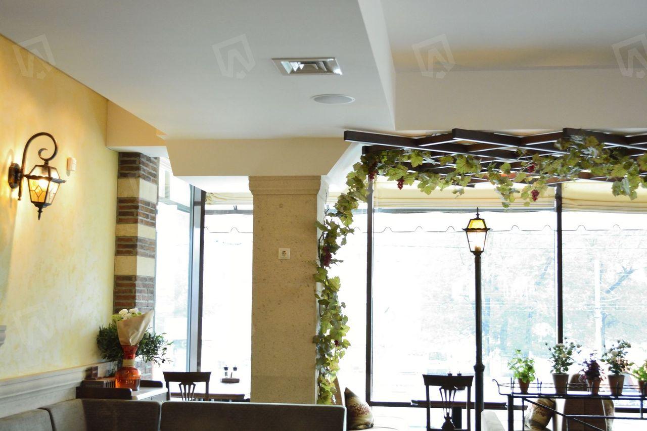 Общий вид ресторана после проведения отделочных работ. Воздуховоды спрятаны за потолочным пространством