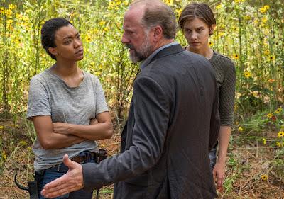 Sasha (Sonequa Martin-Green), Gregory (Xander Berkeley) e Maggie Greene (Lauren Cohan) discutono davanti alle sepolture