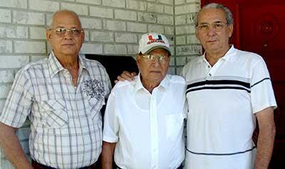 El Tío Vitico, junto a sus hijos, Armando y Alcides.