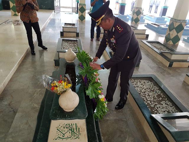 Polrestro Bekasi Tabur Bunga Di Makam KH Noer Ali Dalam Peringatan Hari Bhayangkara 71