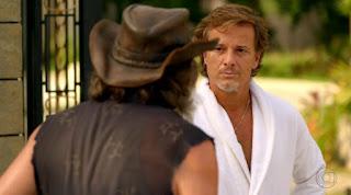 Max (Marcello Novaes) não deixa Nilo (José de Abreu) entrar na mansão em