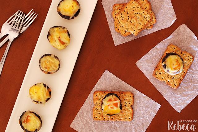 Champiñones rellenos de queso y huevo de codorniz
