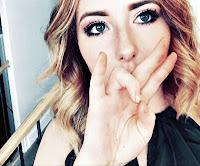 Dilsiz ve el işaretiyle konuşan güzel bir bayan