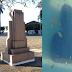 Vandalismo: Busto na Praça do Santuário é arrancado e jogado na fonte luminosa