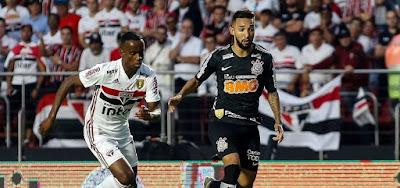 Helinho (à esq.) e Clayson no primeiro jogo da final: Corinthians e São Paulo disputam o título do Campeonato Paulista