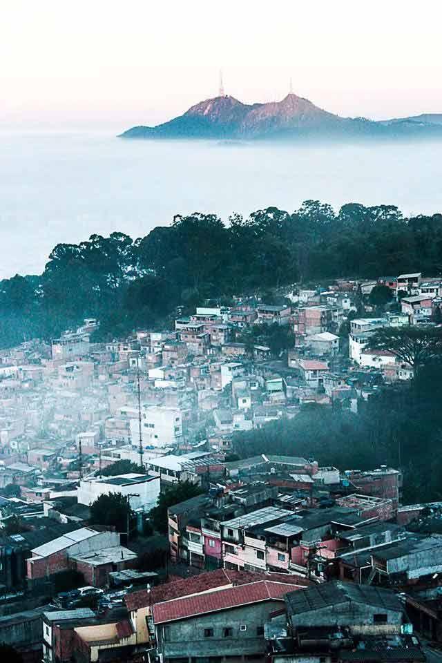 No horizonte, o Pico do Jaraguá (antena maior) e o Pico do Papagaio (antena menor). Foto: acervo Rogério / Trilha Favela
