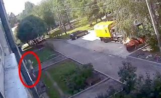 Η απίθανη στιγμή που δύο εργάτες πιάνουν ένα 3χρονο που έπεσε από τον 4ο όροφο