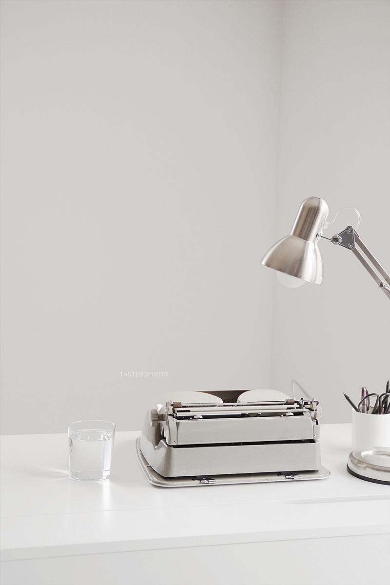 DIY Tipps: Schreibmaschine reparieren und sauber machen Tipps Tutorial Vintage Retro Look Dekoobjekt Schreibtisch weiß modern. Tasteboykott.