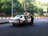 Polisi Melakukan ujicoba pembatasan Kendaraan Pelat Ganjil-genap di Jl Gatot Subroto