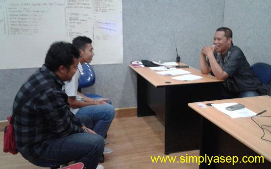 WAWANCARA :  Suasana saat wawancara calon pewarta online dan Video Journalist di gedung Puskom UNTAN (28/8).  Foto Asep Haryono