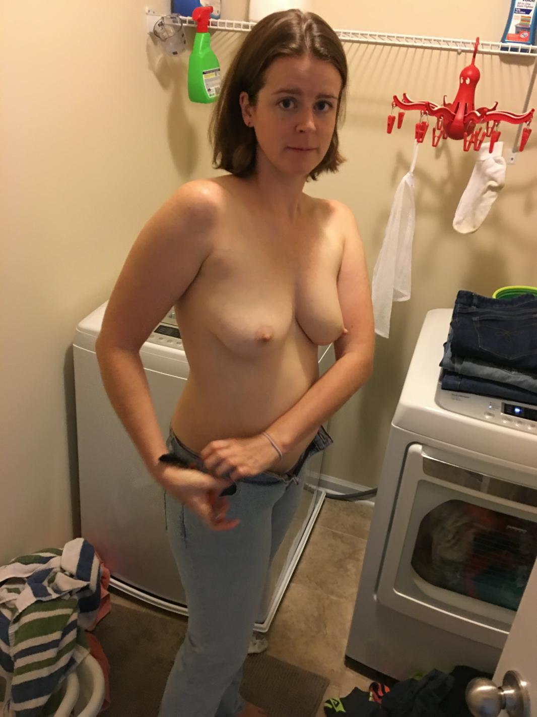 hausfrau nake pic