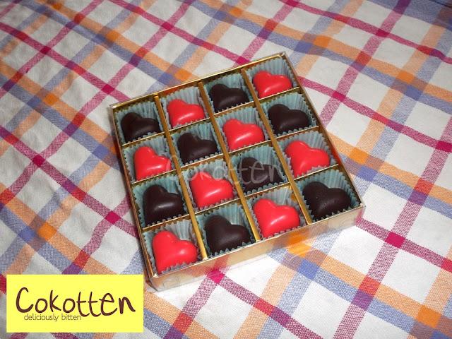 Cokelat Praline Dark/Milk Bentuk Hati dalam Kotak Karton Mika isi 16 dengan ucapan.