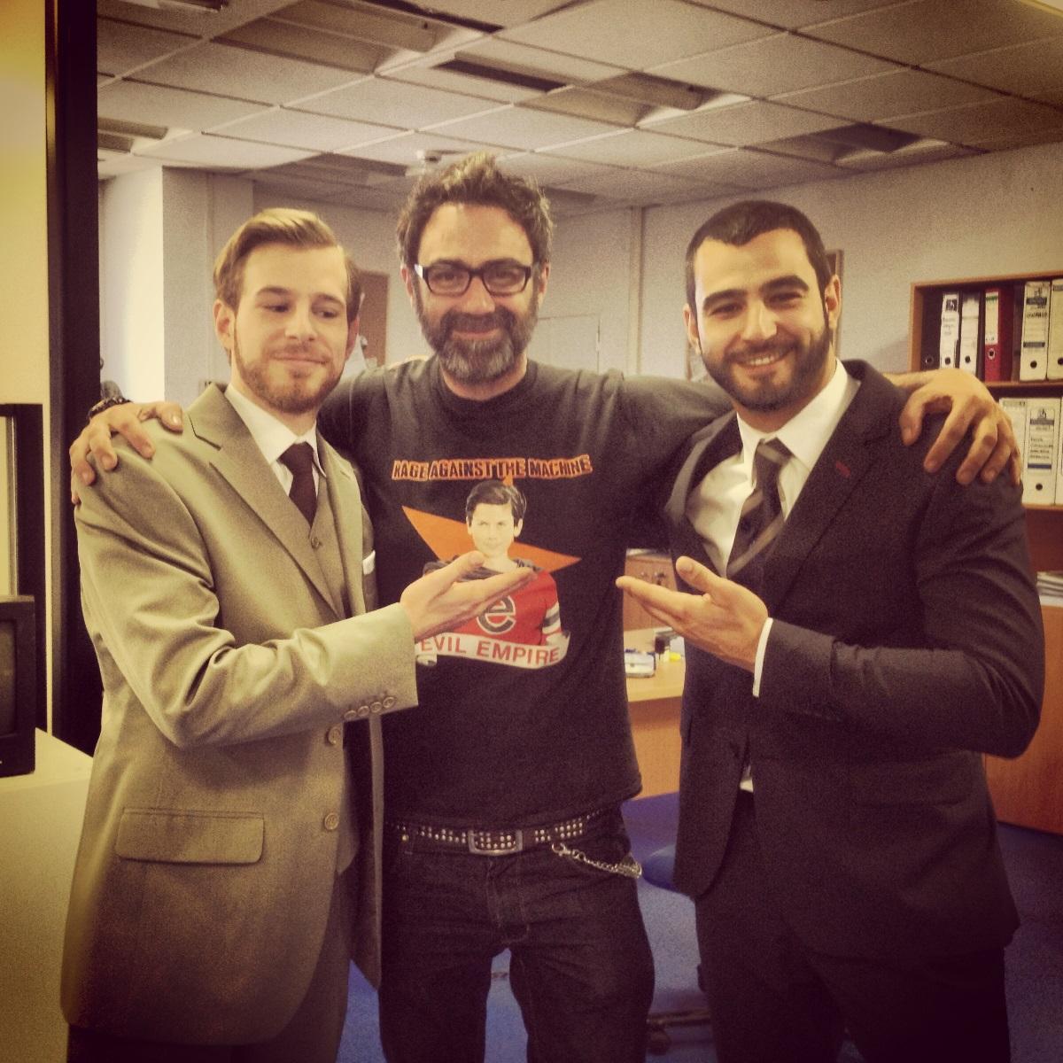 foto de Víctor Tejedor con los actores protagonistas de la serie Hermanos