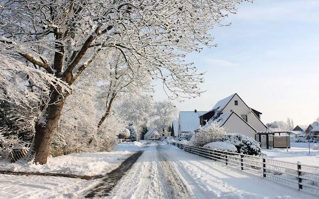 Met sneeuw bedekte weg