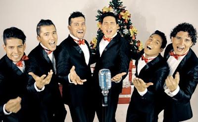 Foto de integrantes de la Gran Orquesta Internacional cantando por Navidad